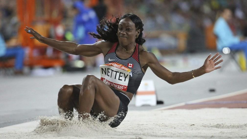 Nettey atterrissant dans la fosse de sable