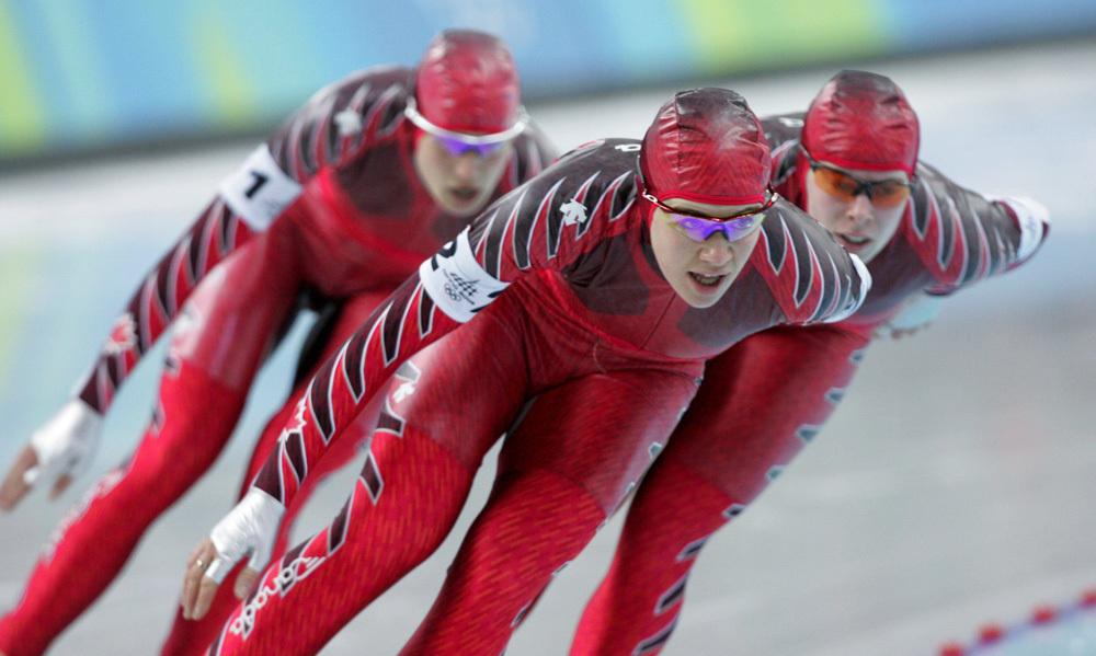 Trois patineuses lors d'une épreuve de poursuite par équipes