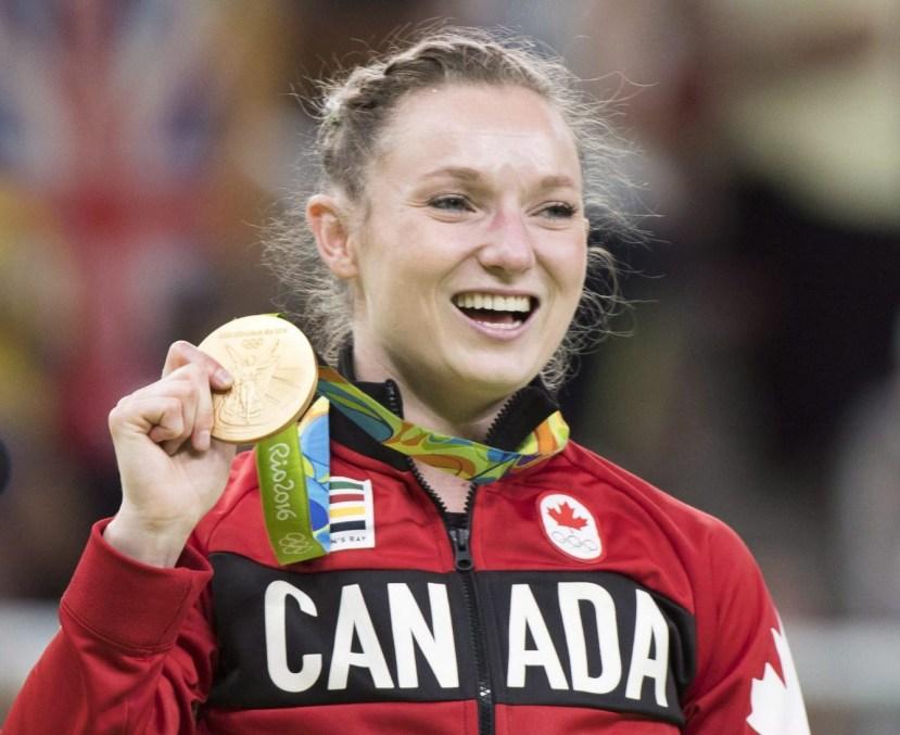 Rosie MacLennan montre sa médaille d'or olympique