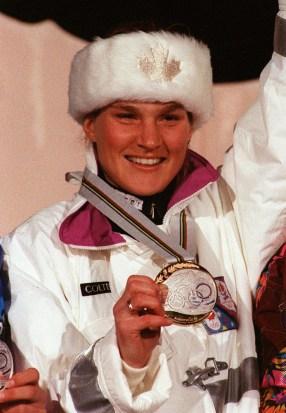 Kerrin Lee Gartner du Canada célèbre après avoir remporté une médaille d'or en ski alpin aux Jeux Olympiques d'hiver de Albertville 1992. (PC-Photo/AOC)