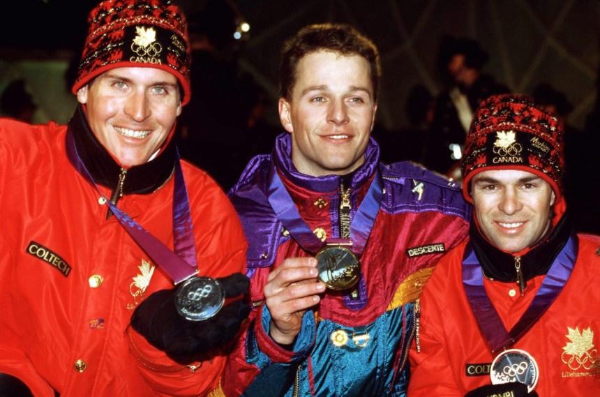 Les Canadiens Philippe Laroche (gauche) et Lloyd Langlois (droite) célèbrent après avoir remporté l'argent et le bronze respectivement à l'issue de l'épreuve de saut acrobatique des Jeux de Lillehammer en 1994. (CP Photo/ COC/Claus Andersen)