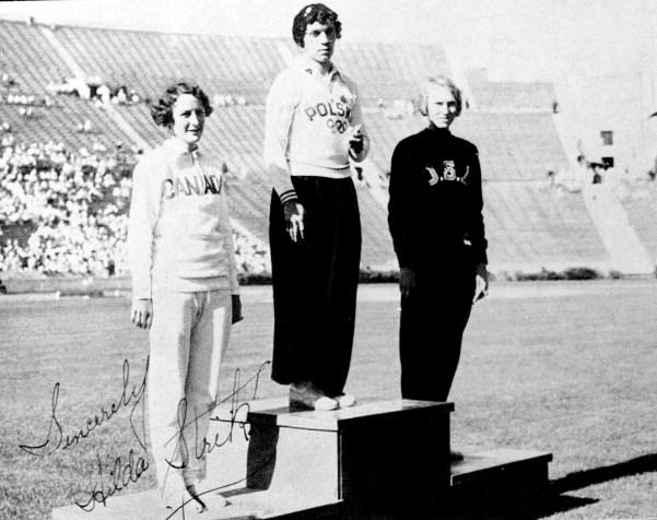 Des femmes posent sur un podium