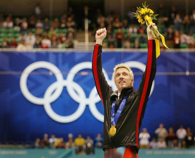 Le médaillé d'or canadien en patinage courte piste Marc Gagnon tend les bras après avoir reçu l'or dans la finale du 500 mètres, le samedi 23 février 2002, aux Jeux olympiques d'hiver de Salt Lake City. Il a également gagnél'or aurelais 5000 mètres. (PHOTO PC/AOC/André Forget)