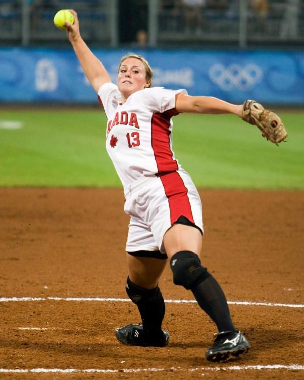 Une joueuse de softball effectue un lancer.