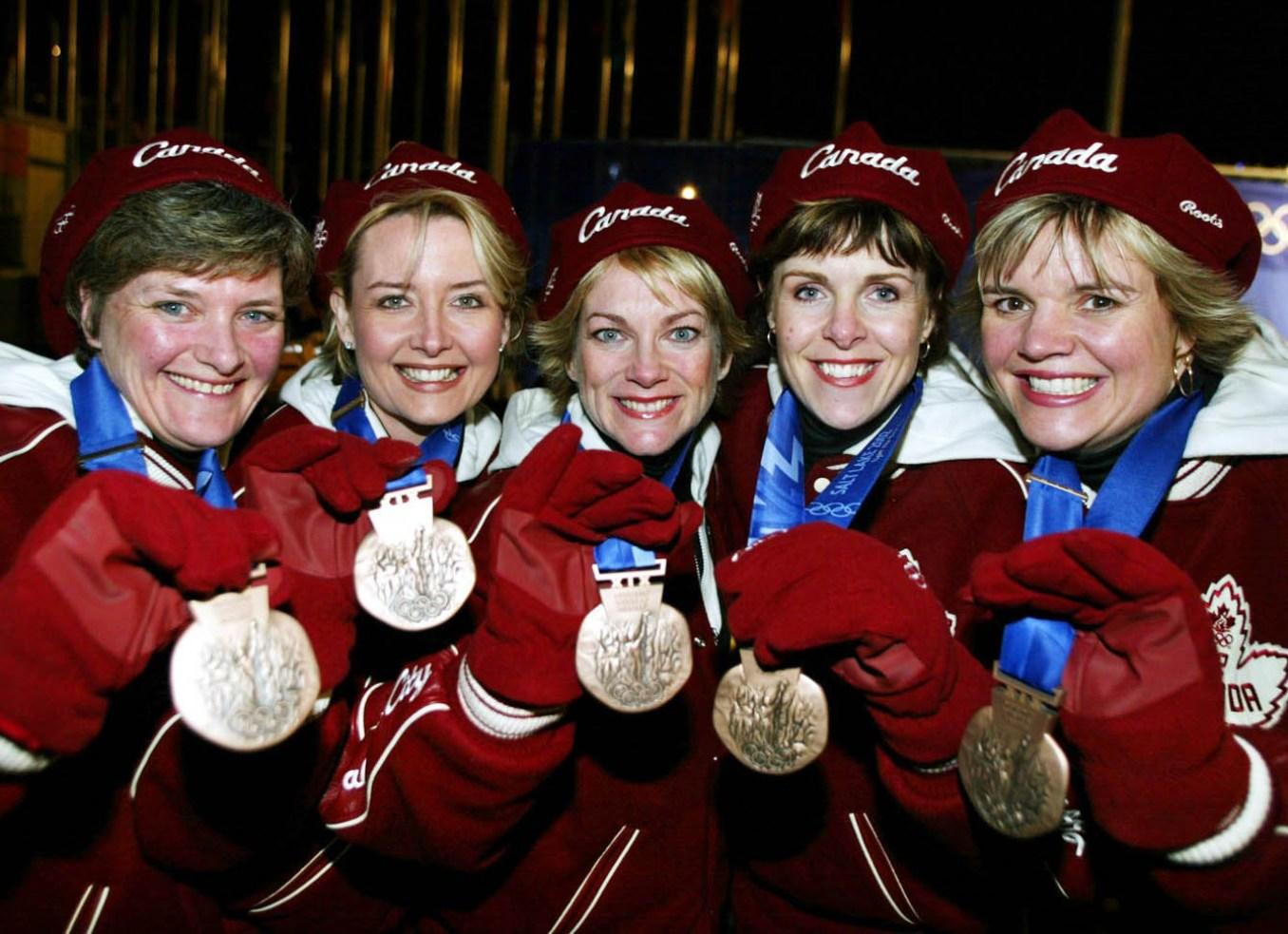 L'équipe féminine de curling (de gauche à droite) du Canada: Chery Noble de Victoria, Kelley Law de Coquitlam, C.-B.,Diane Nelson de Burnaby, C.-B., Julie Skinner de Victoria et Georgina Wheathcroft de Victoria, arbore la médaille de bronze, le jeudi 21 février 2002, aux Jeux olympiques d'hiver de Salt Lake City. (PHOTO PC/AOC/André Forget)