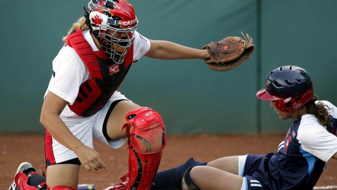 Deux joueuses de softball en action