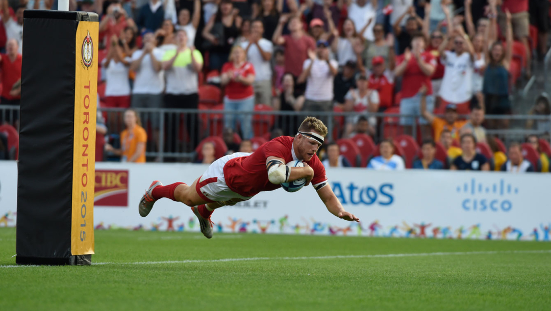 Un joueur de rugby plonge vers l'avant