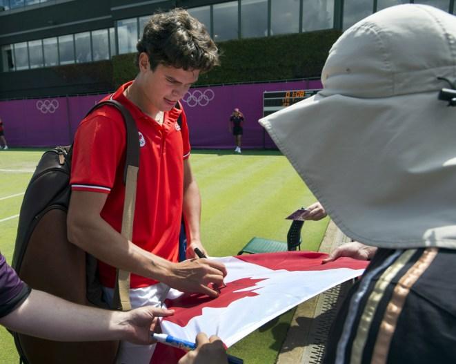 Milos Raonic signe des autographes lors du tournoi olympique de Londres 2012. (COC Photo par Ryan Remiorz)