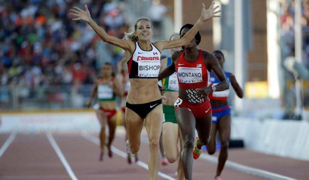 Une coureuse célèbre la fin de sa course
