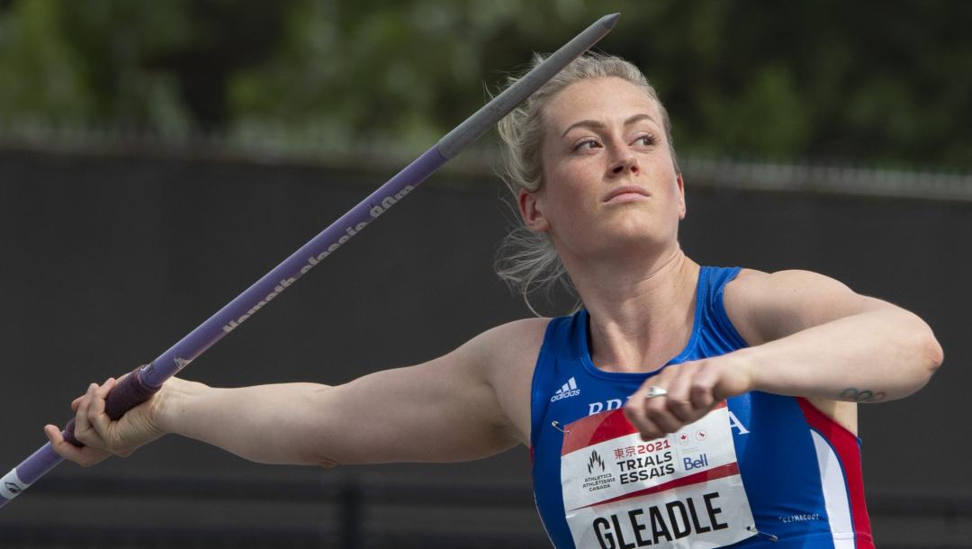 Une athlète s'apprête à lancer le javelot