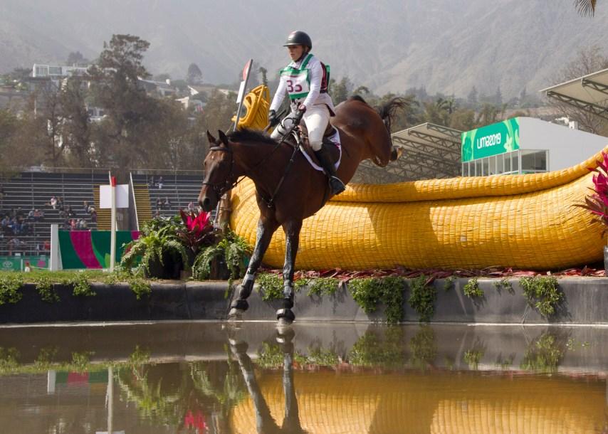 Une athlète sur son cheval en action en sports équestres