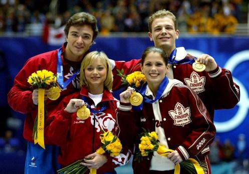 Les co-médaillés d'or du patinage artistique en couple, David Pelletier et Jamie Salé du Canada (à droite), et le couple russe Anton Sikharulidze et Elena Berezhnaya, montrent leurs médailles lors de la présentation des médailles le dimanche 17 février 2002 aux Jeux olympiques d'hiver de Salt Lake City. (Photo PC/COC - André Forget)