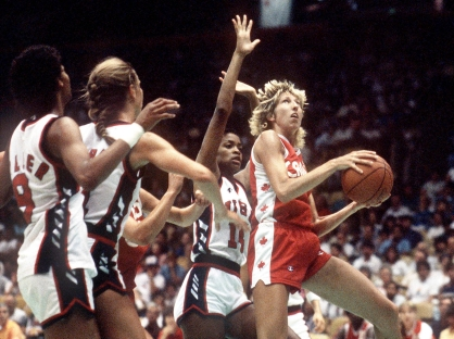 Alison Lang du Canada (droite) participe au basketball féminin aux Jeux olympiques de Los Angeles de 1984. (Photo PC/AOC)