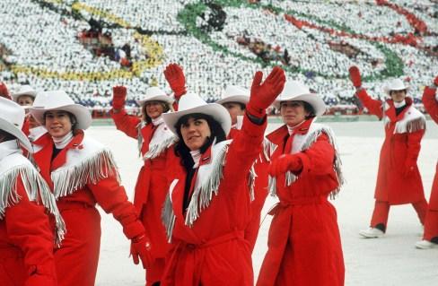 Les athlètes du Canada saluent la foule lors des cérémonies d'ouvertures des Jeux olympiques d'hiver de Calgary de 1988. (Photo PC/ AOC)