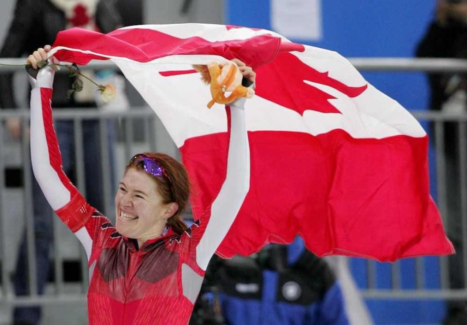 Clara Hughes porte le drapeau canadien