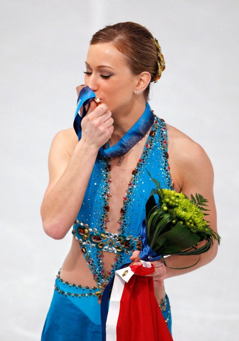 Joannie Rochette embrasse sa médaille