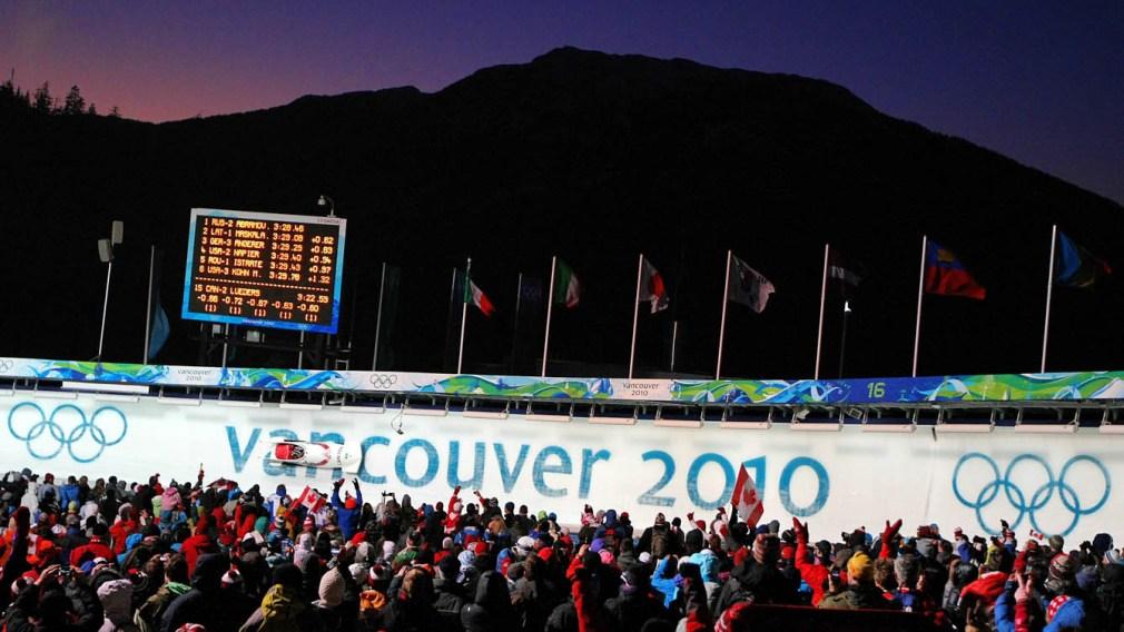 Bobsleigh d'Équipe Canada défilant sur la piste de Vancouver 2010