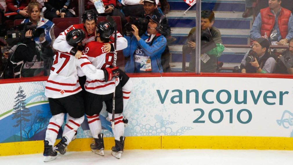 Sidney Crosby, Scott Niedermayer et Drew Doughty célébrant dans les bras de chacun