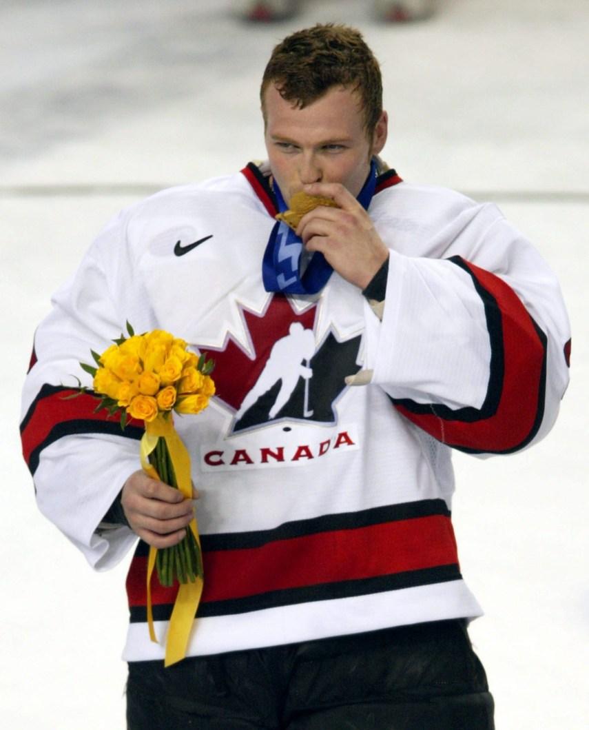 Le gardien de l'équipe du Canada Martin Brodeur embrasse sa médaille d'or après la victoire remportée sur l'équipe des États-Unis à la finale de hockey comptant pour la médaille d'or, le dimanche 24 février 2002, aux Jeux olympiques d'hiver deSalt Lake City. L'équipe du Canada a gagné par 5-2 face aux États-Unis. (PHOTO PC/AOC/André Forget)
