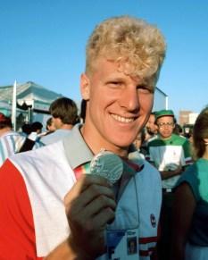 Curt Harnett du Canada célèbre après avoir remporté une médaille d'argent en cyclisme sur piste aux Jeux olympiques de Los Angeles de 1984. (Photo PC/AOC)