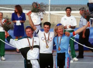 Curt Harnett (droite) du Canada célèbre après avoir remporté une médaille de bronze en cyclisme sur piste aux Jeux olympiques de Barcelone de 1992. (PC Photo/AOC)