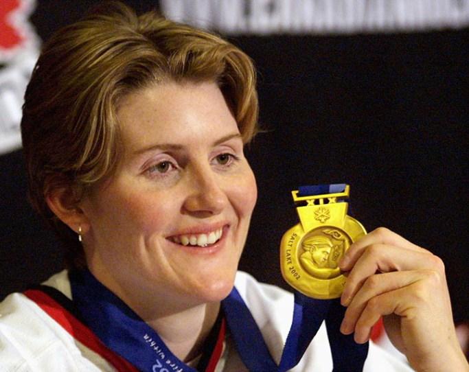 Hayley Wickenheiser montre sa médaille d'or olympique lors d'une conférence de presse à Calgary le mercredi 27 février 2002. (Photo PC / Jeff McIntosh)