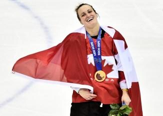 Marie-Philip Poulin célèbre la médaille d'or en hockey sur glace d'Équipe Canada aux Jeux olympiques de Sochi 2014.