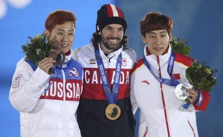 Charles Hamelin reçoit sa médaille d'or au 1500 m aux Jeux olympiques de Sotchi, le lundi 10 février 2014. LA PRESSE CANADIENNE / HO, COC - Mike Ridewood