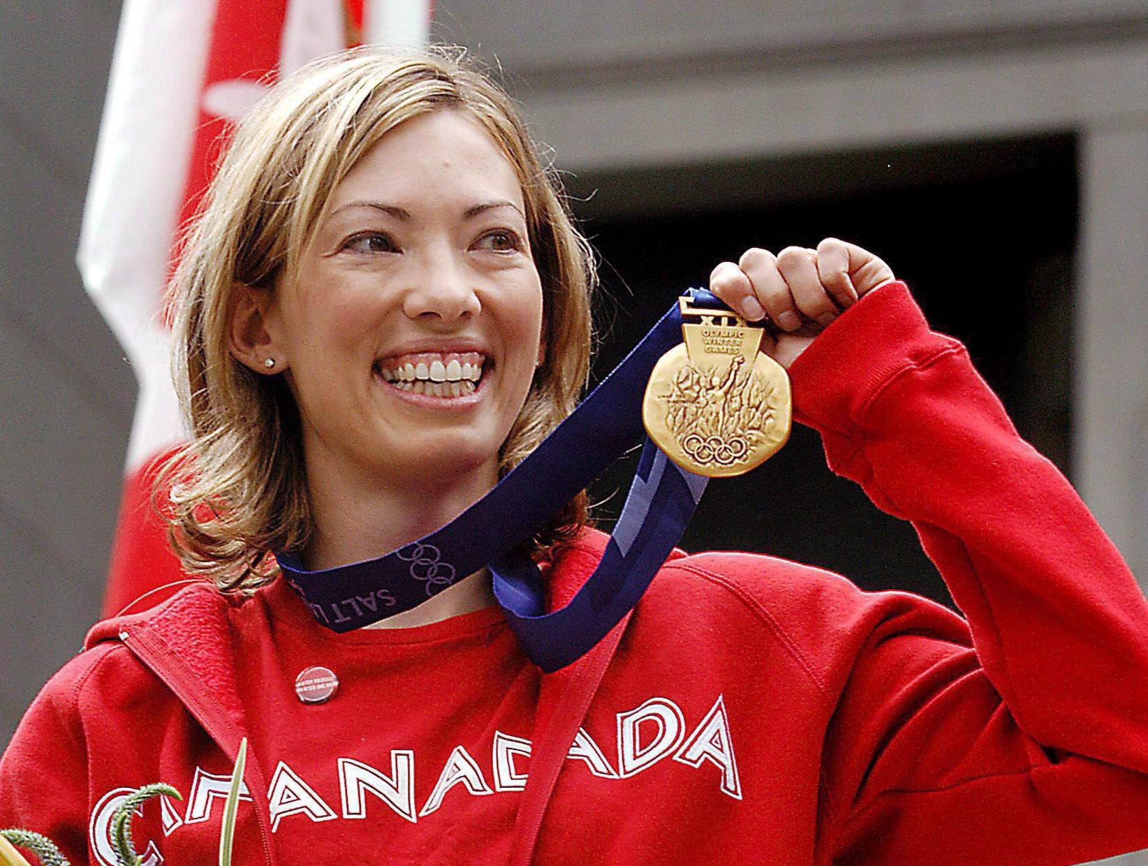 Une athlète avec une médaille d'or au cou