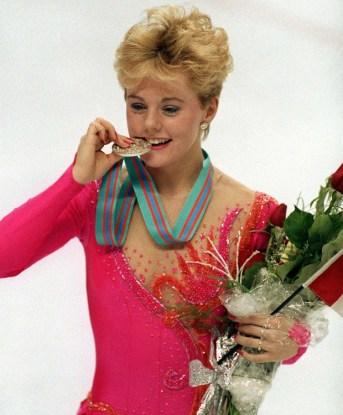 Elizabeth Manley du Canada célèbre sa médaille d'argent en patinage artistique aux Jeux olympiques d'hiver de Calgary de 1988. (Photo PC/ AOC)