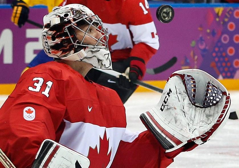 Un gardien de but de hockey sur glace tente d'effectuer un arrêt