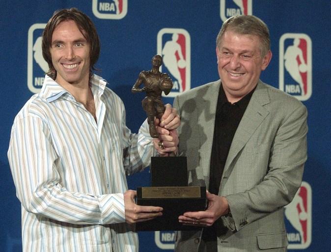 Deux hommes posent avec un trophée