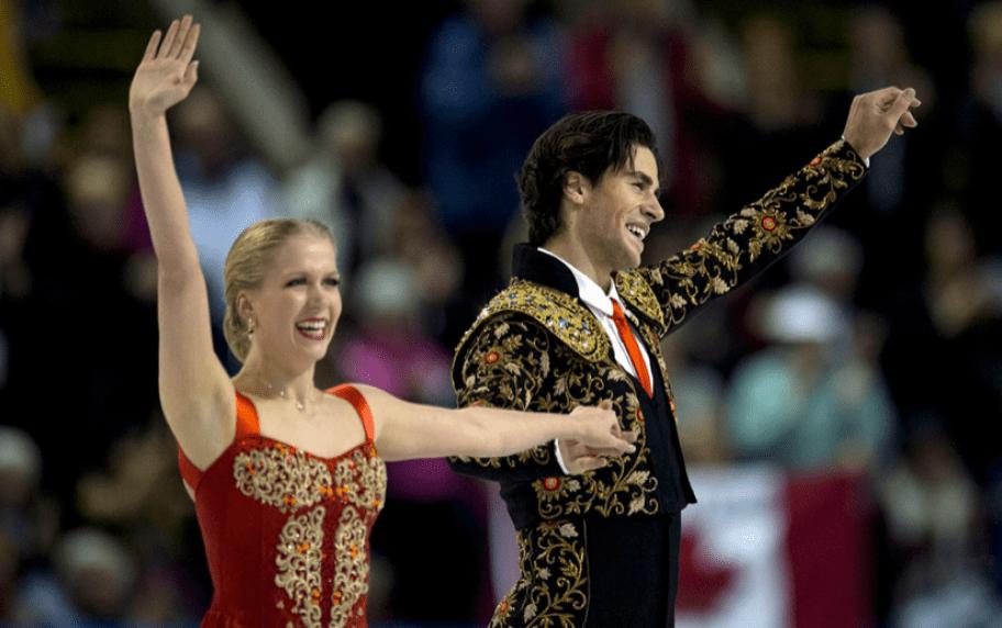 Kaitlyn Weaver et Andrew Poje saluent la foule après leur programme court.