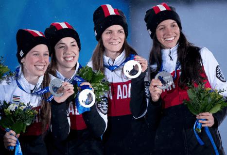 Marianne St-Gelais, Valérie Maltais, Jessica Hewitt et Marie-Ève Drolet sur le podium à Sotchi 2014