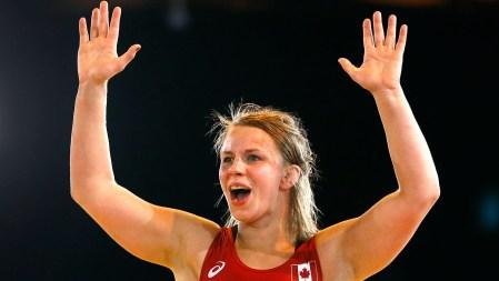 Erica Wiebe célèbre sa médaille d'or en lutte.