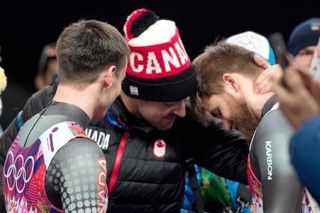 Sam Edney réconforte ses coéquipers Justin Snith (G) et Tristan Walker.