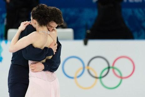 Tessa Virtue et Scott Moir à la fin de leur prestation en danse sur glace.