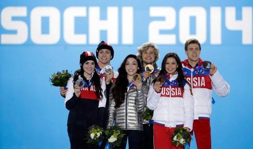 Tessa Virtue et Scott Moir à la cérémonie de remise de médailles de danse sur glace de Sotchi.