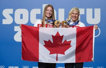 Heather Moyse (à gauche) et Kaillie Humphries (à droite) ont été sélectionnées pour être les porteuses du drapeau canadien lors de la cérémonie de clôture des Jeux.