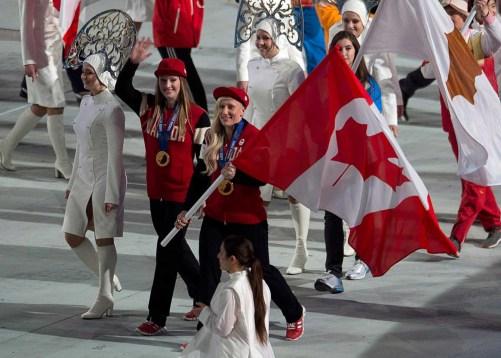 Heather Moyse (à gauche) et Kaillie Humphries (à droite) ont été sélectionnées pour être les porteuses du drapeau canadien à la cérémonie de clôture.