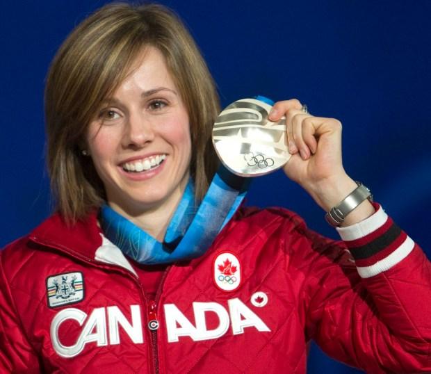 Jennifer Heil célèbre sa médaille d'argent pour les bosses de femmes dans le ski acrobatique le dimanche 14 février 2010 aux Jeux olympiques d'hiver de Vancouver 2010. LA PRESSE CANADIENNE / Ryan Remiorz