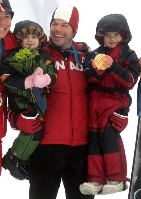 Anderson et ses deux filles dans ses bras