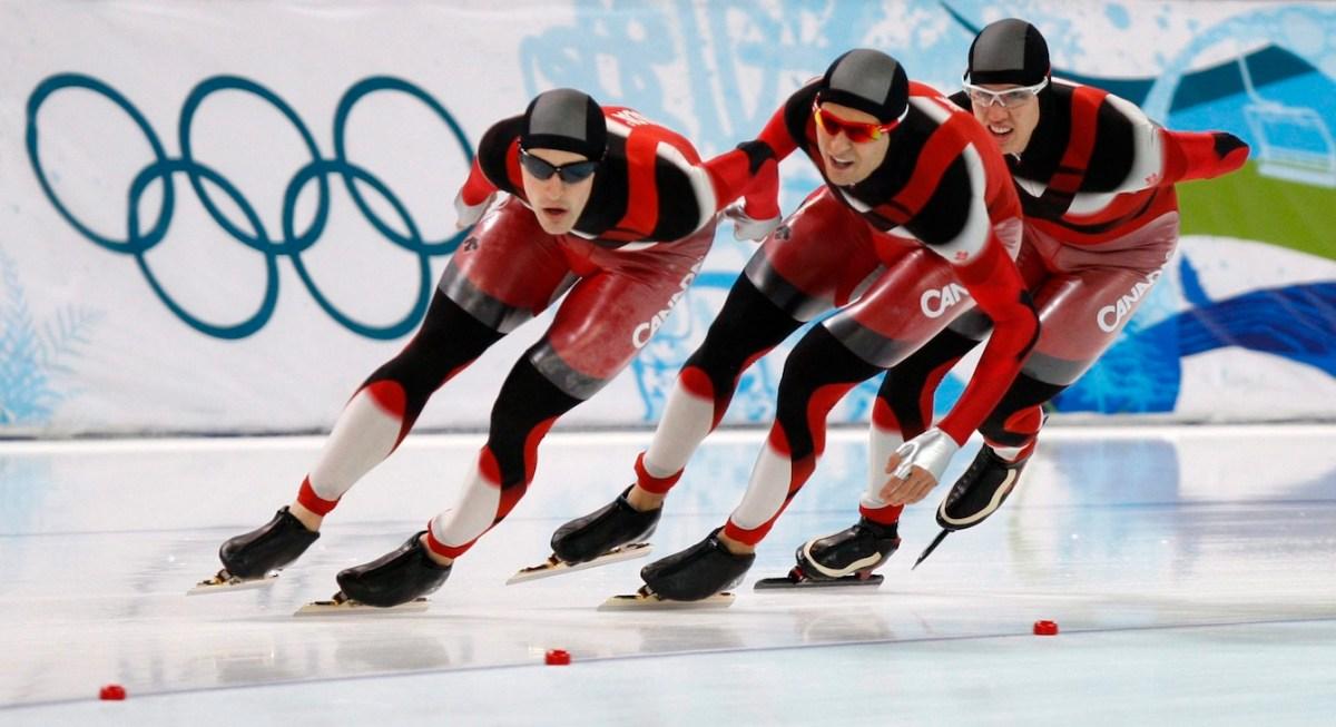 Les trois patineurs dans une courbe, un à la suite de l'autre