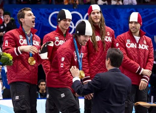 Charles Hamelin reçoit sa médaille devant, puis de gauche à droite derrière, Guillaume Bastille, François, Olivier Jean et François-Louis Tremblay attendent la leur