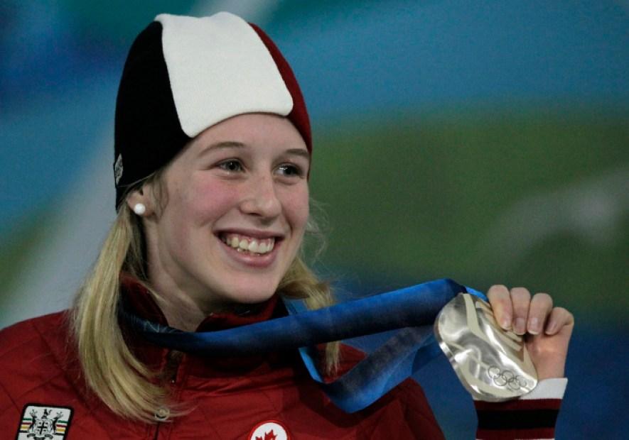 Marianne St-Gelais montre sa médaille d'argent à Vancouver 2010