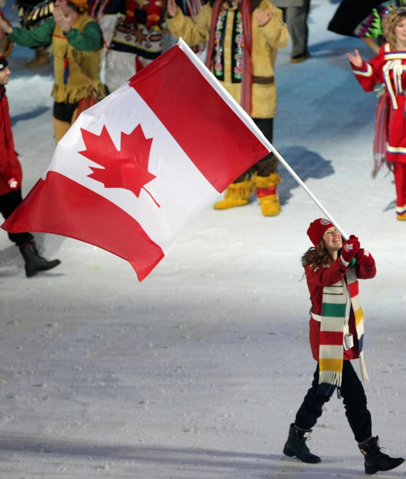 Clara Hughes porte l'unifolié aux Jeux olympiques de 2010 à Vancouver.