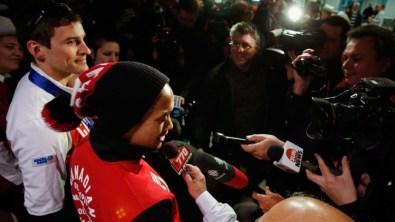 Morrison (à gauche) et Junio rencontrent les médias canadiens qui attendaient leur arrivée à l'aéroport.