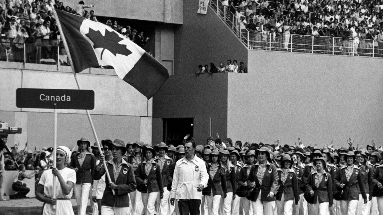 Abby Hoffman porte le drapeau du Canada au Stade olympique de Montréal en 1976.