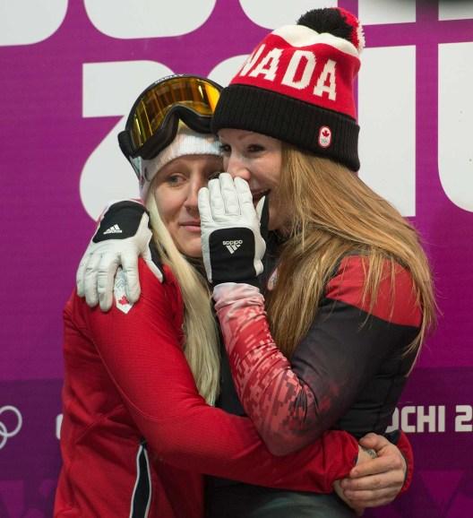 Kaillie Humphries et Heather Moyse attendant les résultats de la course à Sotchi.