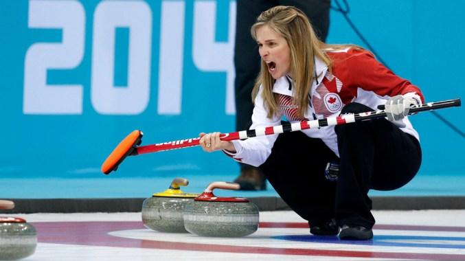 La skip et capitaine de l'équipe canadienne de curling, Jennifer Jones, pendant les demi-finales contre la Grande-Bretagne, aux Jeux olympiques d'hiver de 2014, le mercredi 19 février 2014, à Sotchi, en Russie. (AP Photo/Robert F. Bukaty)